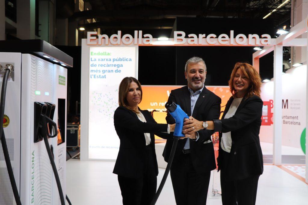 El tinent d'alcalde Jaume Collboni i la Directora General de B:SM Marta Labata durant la presentació de l'ampliació d'Endolla Barcelona a l'Automobile Barcelona 2021. Foto: Ajuntament de Barcelona.